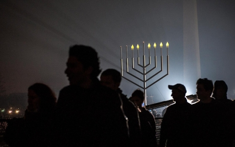 A new generation of Jewish Americans feel attached to their Jewish identities, but don't equate this to a connection to Israel, a Pew study said.