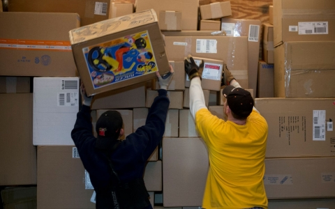 online shopping surge delays ups fedex holiday deliveries