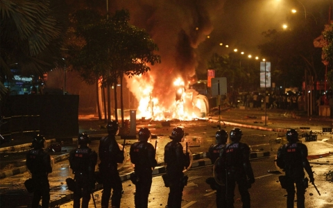 Thumbnail image for Biggest riots in decades spring up in Singapore over traffic death