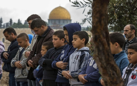 Thumbnail image for Israel bars Palestinians under 50 from entering Al-Aqsa mosque