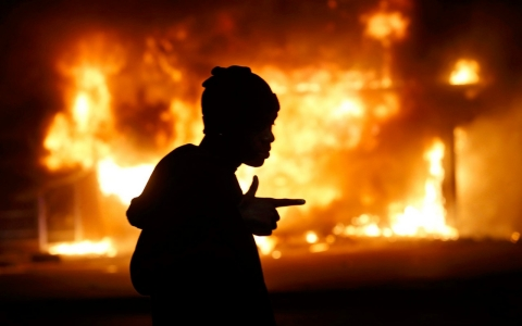 Thumbnail image for Gunfire and flames after officer cleared in Ferguson teen's shooting death