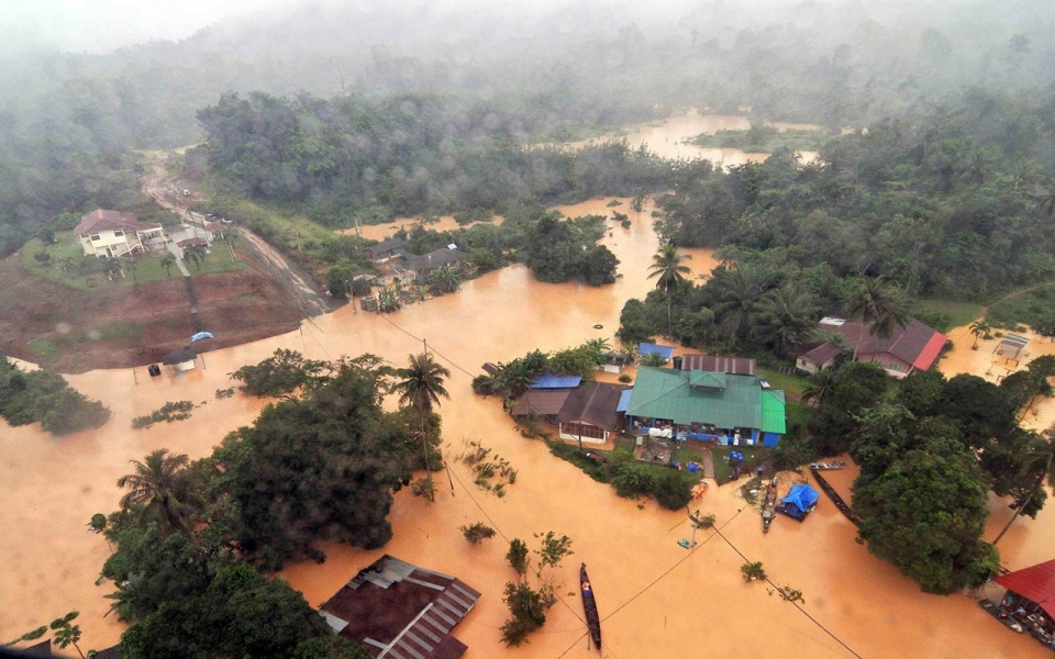 at least 24 killed in malaysia thailand floods as 200000