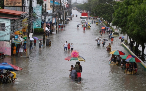 Thumbnail image for Photos: 4 feet of rain floods Philippines