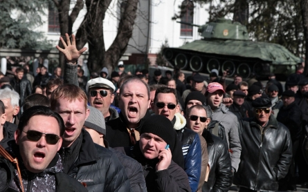 Unrest in Ukraine: Rival groups clash in divided Crimea