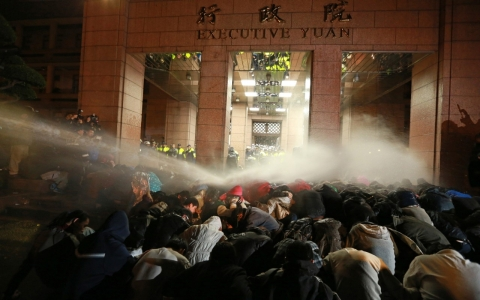Thumbnail image for Police break up Taiwan's trade-pact protest