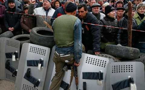 Thumbnail image for Ukraine prepares troops after armed men take buildings in the east