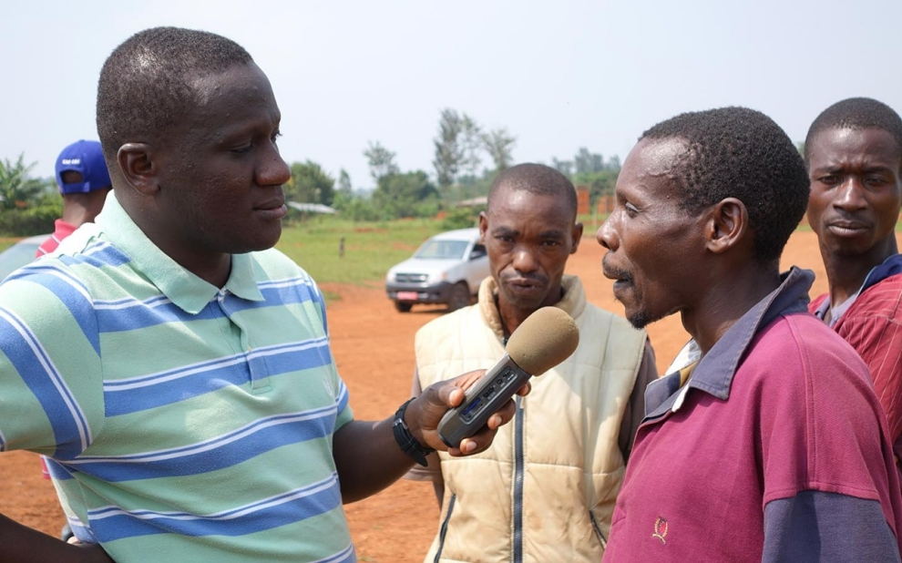 a reporter for radio publique africaine interviews a refugee from tanzania in a un run