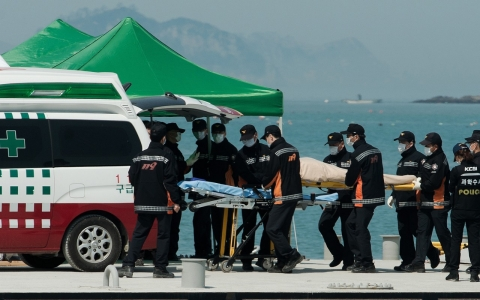 Thumbnail image for South Korea ferry relatives give DNA swabs to help identify the dead