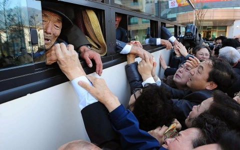 Thumbnail image for Photos: Korean families reunite after 60 years