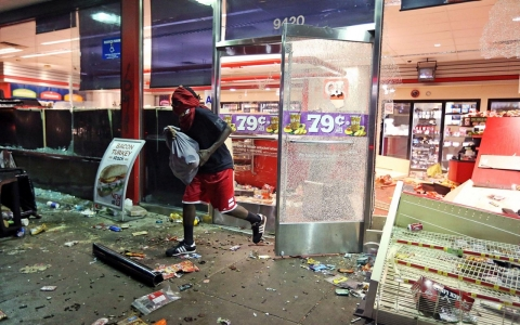 Thumbnail image for Looting, vandalism after vigil for Missouri teen shot by police