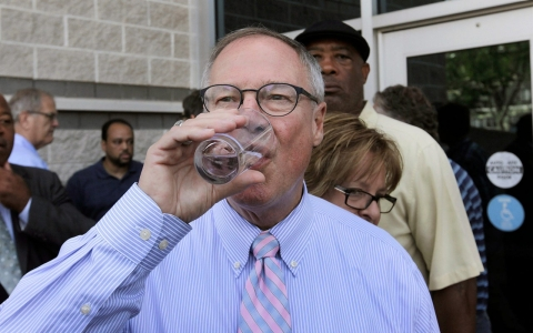 Thumbnail image for Toledo mayor lifts water use ban after contamination
