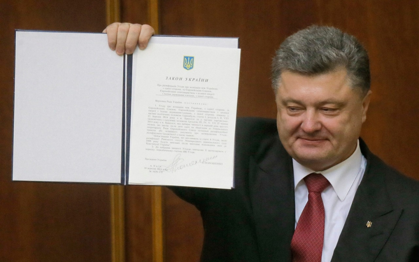 Ukraine President Signs Long Awaited Eu Trade Agreement Al Jazeera