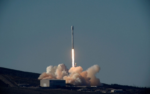 NASA picks SpaceX, Boeing for private space taxis to ISS ...