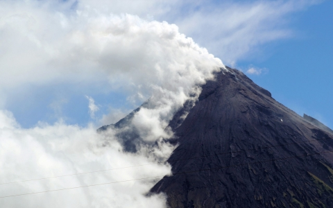 Thumbnail image for Thousands flee Philippine volcano