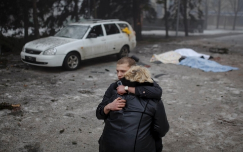 Thumbnail image for Ukraine, rebels gather for peace talks as fighting rages in east