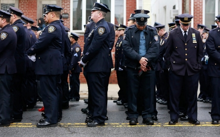 Cops turn backs on de Blasio at officer's funeral