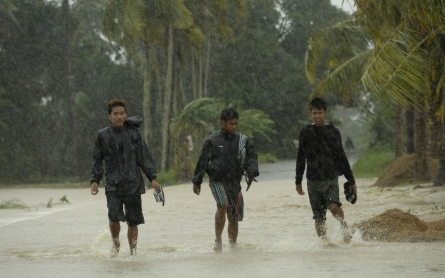 Typhoon Koppu hits Philippines, displaces thousands
