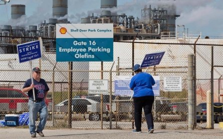 Amid fraught negotiations, Shell refinery workers picket in Texas