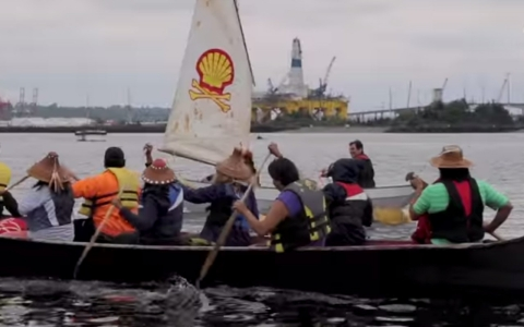 Thumbnail image for Seattle protesters use kayaks to block oil rig