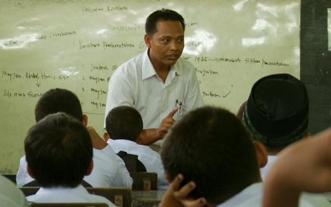 A teacher propagates the existing rhetoric on the Indonesian genocide to his pupils in 'The Look of Silence'.