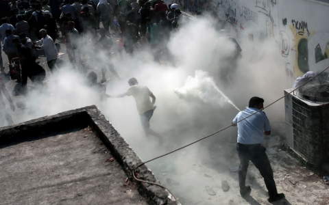 Thumbnail image for Fights break out after police try to relocate migrants on Greek island