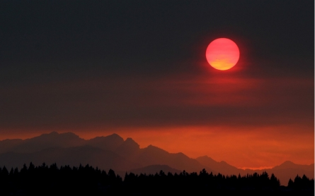 Smoke lifts over still raging wildfires in Washington