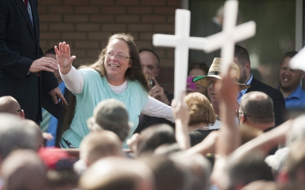 Oath Keepers armed group offers to protect Kim Davis from arrest