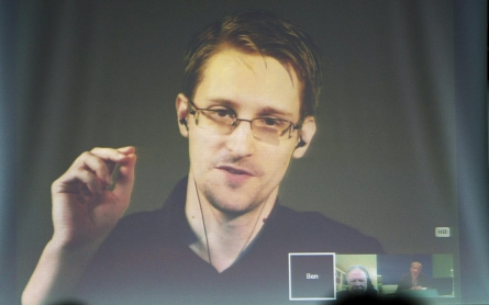 Snowden: Hillary Clinton's use of private email server a 'problem'