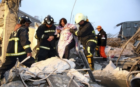 Thumbnail image for Taiwan quake fells 17-story building