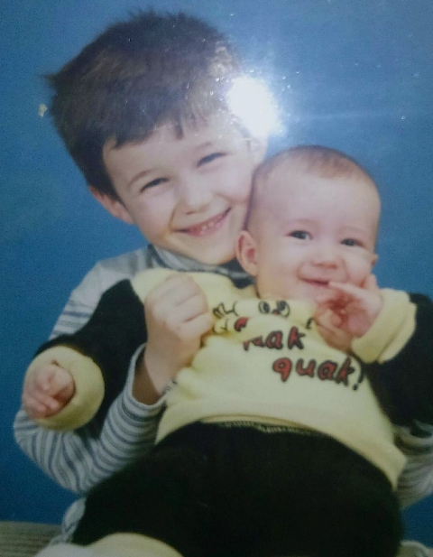 Vedran Marjanovic as a child, holding his younger brother.