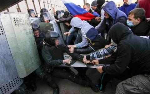 Thumbnail image for Photos: Pro-Russian activists occupy government building in Donetsk