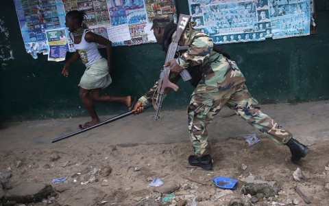 Thumbnail image for Photos: Clashes, beatings as Ebola quarantine imposed in Liberian slum
