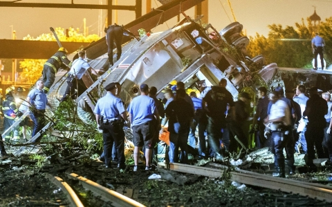 Thumbnail image for Photos: Amtrak train derails in Philadelphia