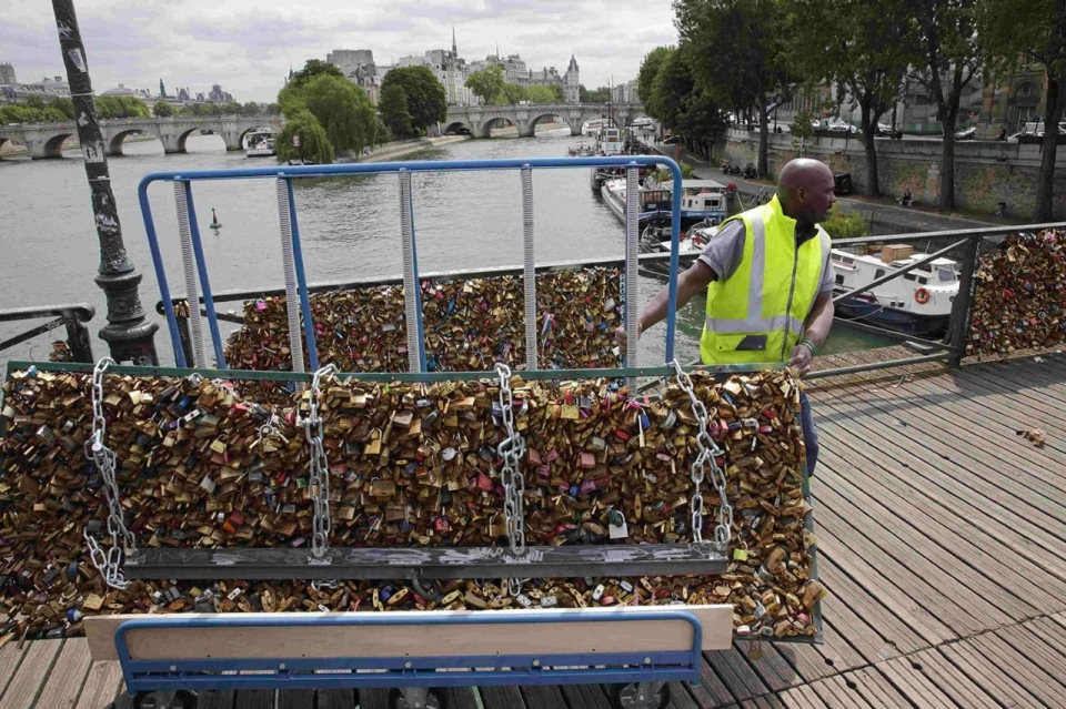 Photos paris removes love locks from bridge al jazeera for Love lock bridge in paris