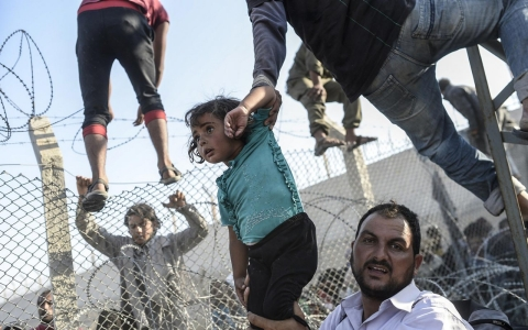 Thumbnail image for Photos: Thousands of Syrian refugees force their way into Turkey