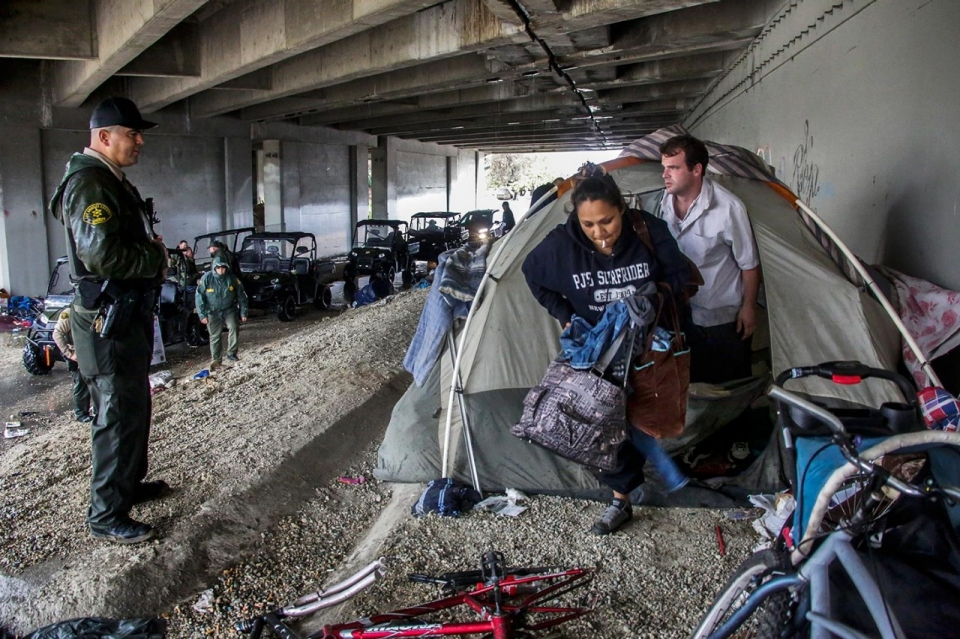 El ni o downpours concerns for california homeless al for Los angeles homeless shelter