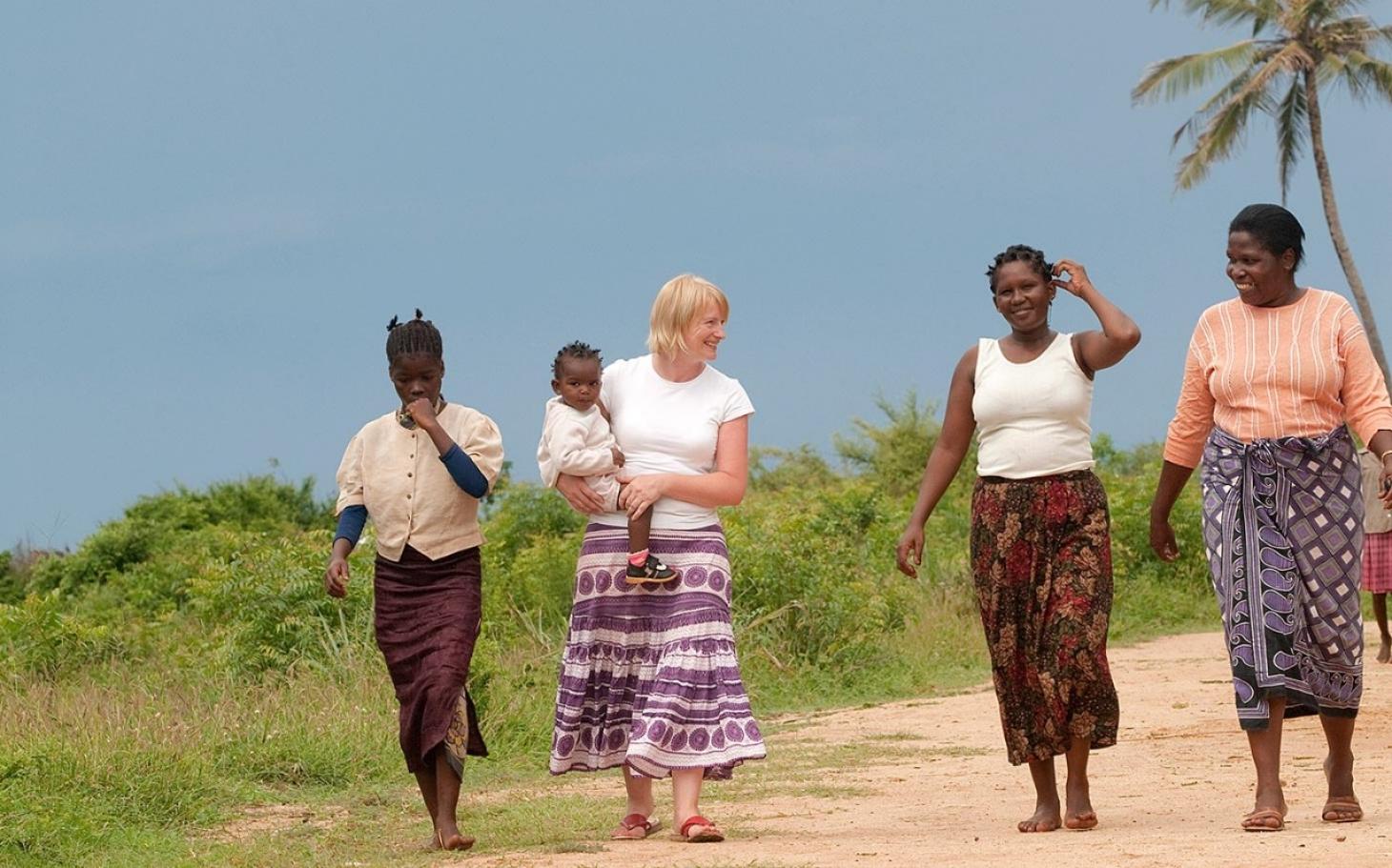 http://america.aljazeera.com/content/ajam/opinions/2014/4/volunter-tourismwhitevoluntouristsafricaaidsorphans/jcr:content/headlineImage.adapt.1460.high.tourists_burden_042114.1398167532714.jpg
