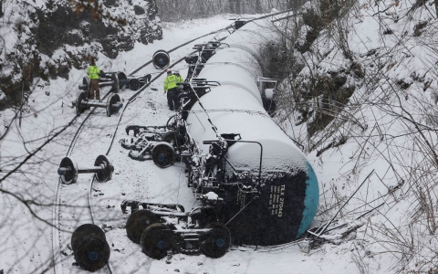 Thumbnail image for Train carrying Canadian oil derails, spills in Pennsylvania