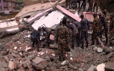 Thumbnail image for Rescue workers attempt to reach remote areas in Nepal